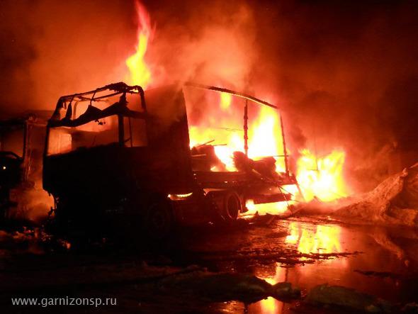 Сгорело два грузовика, обнаружено два трупа